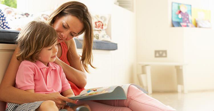 femeie si copil citind o carte