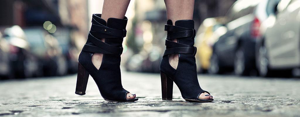 Sandale din piele decupate pe care să le porți până toamna târziu