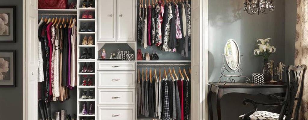 Cea mai eficientă metodă de organizare a dulapului cu haine