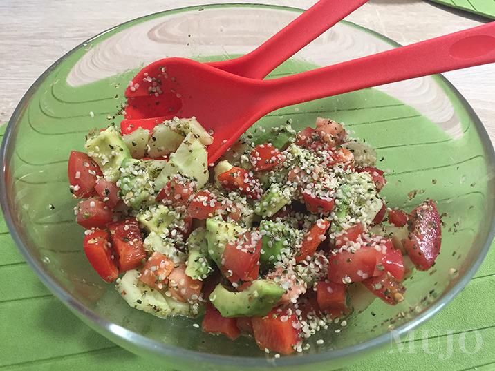 mujo-salata-cu-seminte-de-canepa
