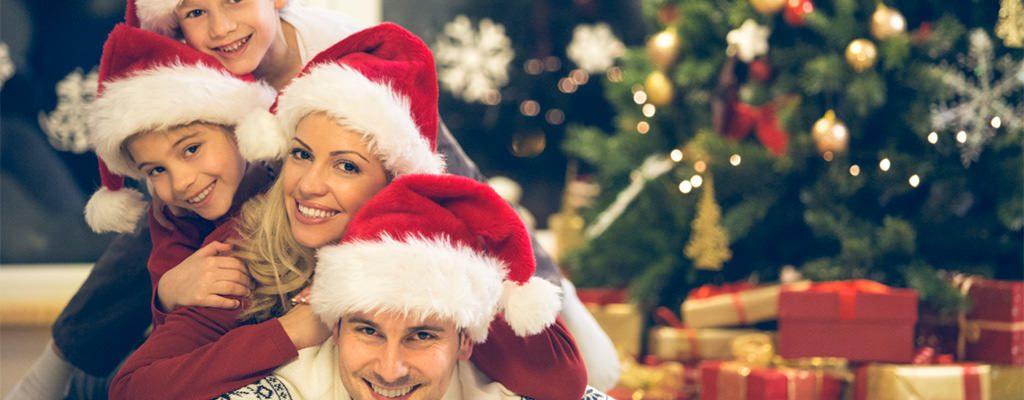 3 ținute de Crăciun pentru iubitoarele culorii roșu