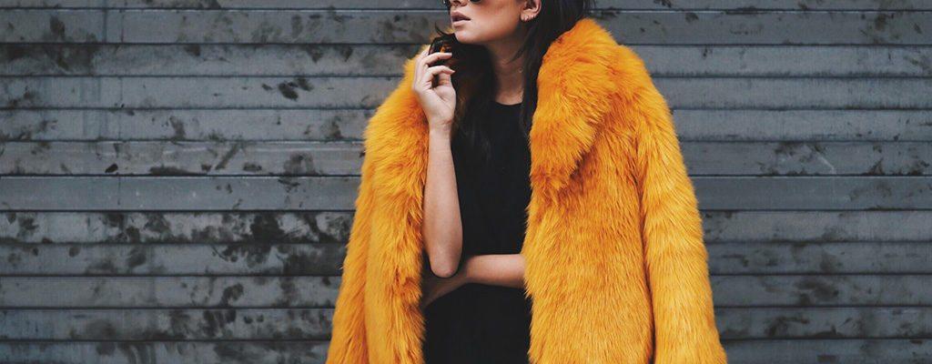 Haina de blană colorată – piesa vestimentară must-have în această iarnă